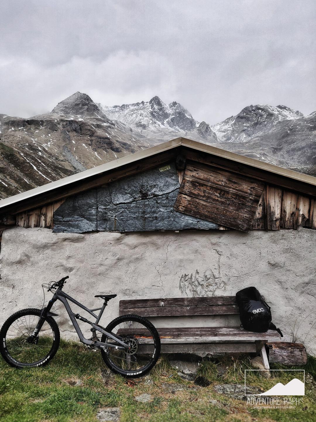 Enduro Tour in regnerischen Alpen.