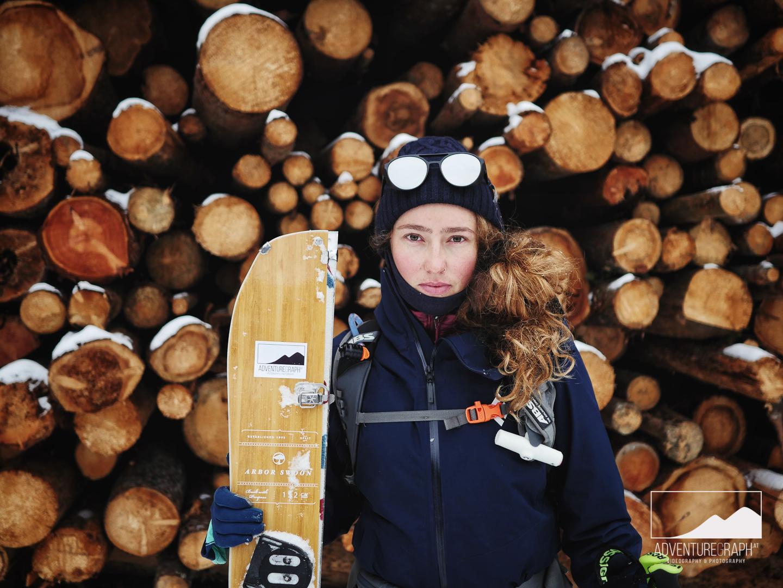 Outdoor Chick Anja mit ihrem Splitboard in Tirol.