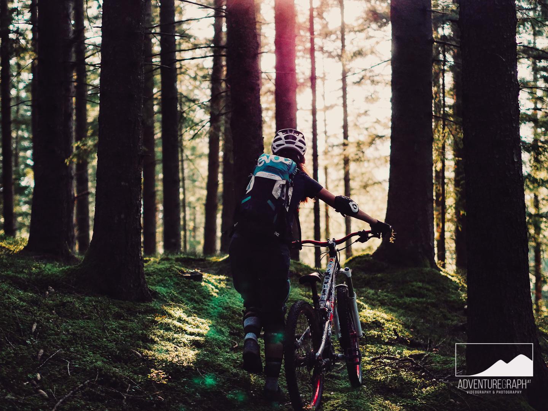 Mountainbike Enduro in den Sonnenuntergang.